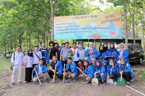 Peduli Lingkungan, Mahasiswa UII Ikuti Kegiatan Tanam Pohon