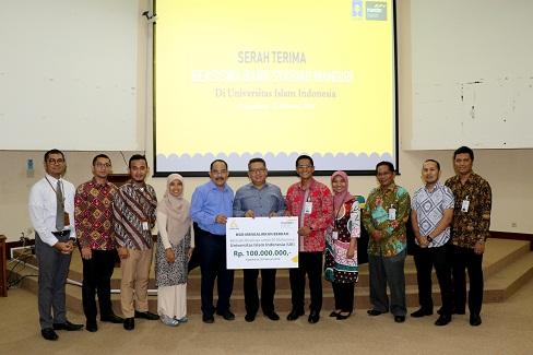 Mahasiswa UII Terima Beasiswa dari Bank Syariah Mandiri