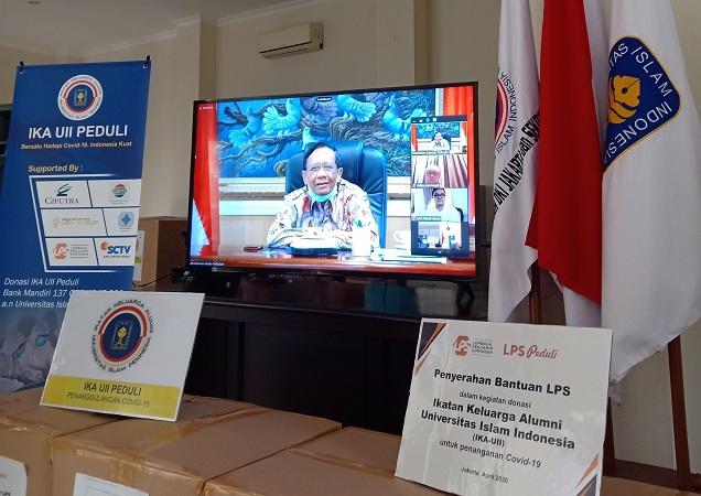 Mahfud MD & Alumni UII Sumbang APD Sejumlah Rumah Sakit