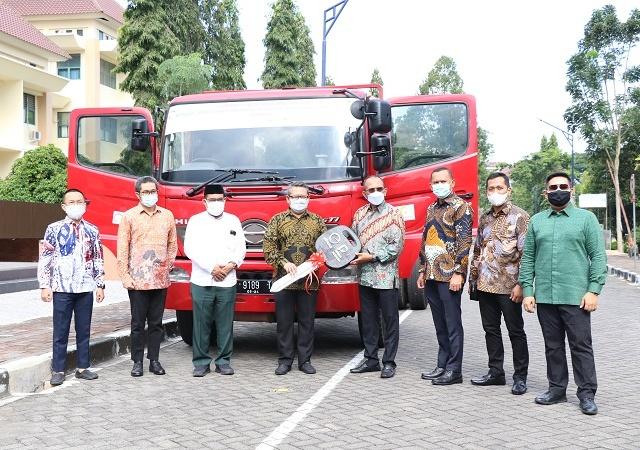 UII Mendapat Hibah Head Truck dari PT Elnusa Petrofin